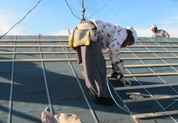 屋根の修理・修繕を行う機会は少ないので、新和建設では屋根リフォームの際に、屋根の板金が剥がれているなどの不具合を発見した場合は、一緒に修理・修繕を行います