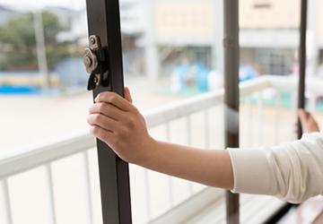 防犯の役目を果たす窓の鍵。 ・鍵がかかりにくくなった ・鍵がゆるんでいる など、鍵の調子が悪くなった際もお任せください。機密性の高い窓や防犯性の高い窓サッシの交換工事など、窓全体のご相談に対するアドバイスも、総合建設業であるわたしたちなら可能です。