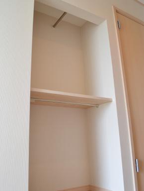 狭い玄関ホールの収納 左壁